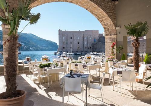 Horvátországban hétfőtől kinyitnak az éttermek és kávézók teraszai