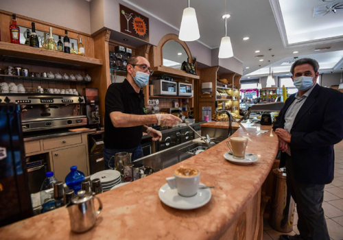 Megrohamozták az olaszok az éttermek teraszait és a múzeumokat