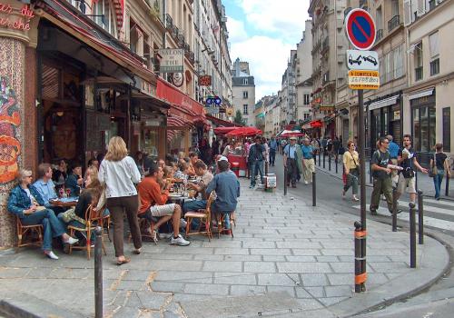 Párizsban a járdákat és az úttesteket is elfoglalhatják a kávéházi teraszok