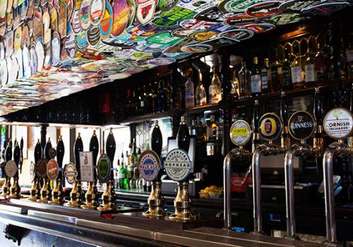 Várhatóan százmilliókat költenek az angolok a pubokban az első hétvégén